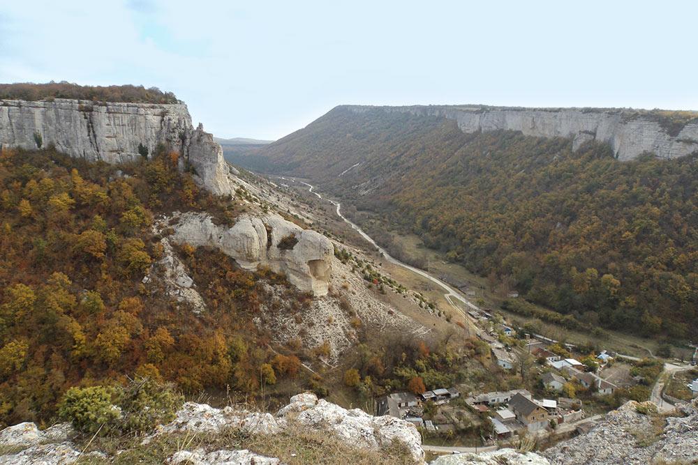 Фото из моего пешего похода: поселок, затерявшийся среди массивных скал