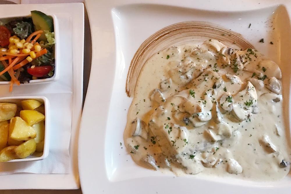 Стейк в сливочно-грибном соусе стоит 20€ (1560 рублей), к нему подают салат из свежих овощей и картофель по-деревенски