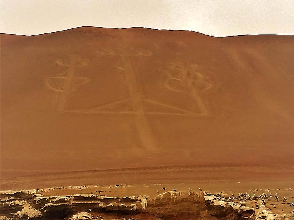 По дороге на Паракас мы увидели Андский канделябр — это 180-метровый рисунок на скале. Есть много легенд о его происхождении, но ни одна не подтверждена