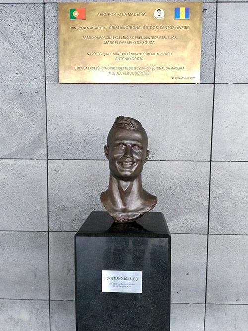 Его бюст у входа в аэропорт Мадейры