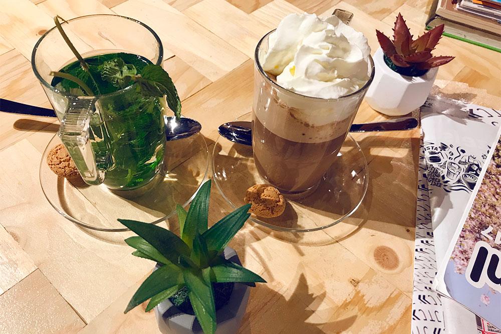 Популярный напиток в кафе — чай из свежей мяты с медом