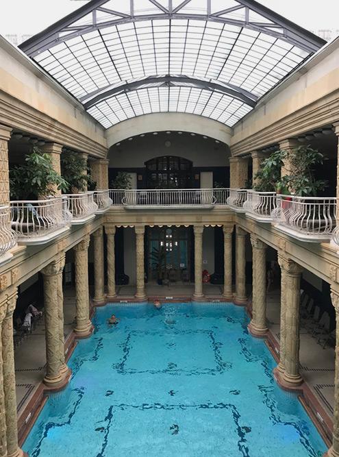 Купальни «Геллерт» находятся в центре города у подножия одноименной горы. На территории 13 бассейнов с водой разной температуры