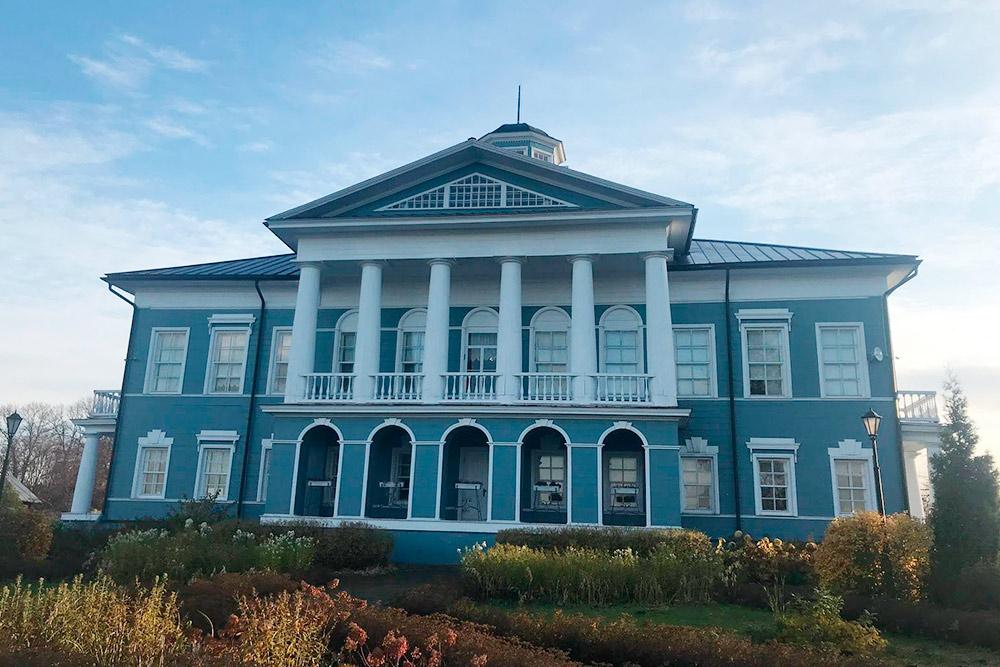 Здание дворянской усадьбы 19 века, несмотря на возраст, находится в идеальном состоянии