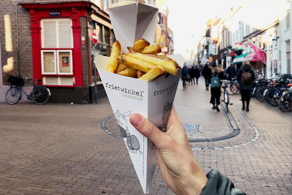 В выходные мы всей семьей ходим за продуктами на рынок и иногда покупаем местный фастфуд. Картофель фри не из замороженного, а из свежего картофеля с майонезом стоит 3,5€ (273 рубля)