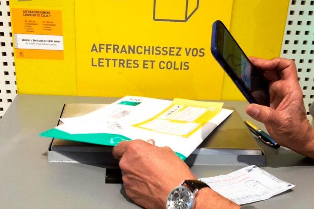В отделениях почты стоят специальные аппараты, где можно отправить письмо и заплатить за него самостоятельно. Порой они не работают и сотруднику приходится сканировать штрихкод отправления, чтобы выдать чек на оплату письма