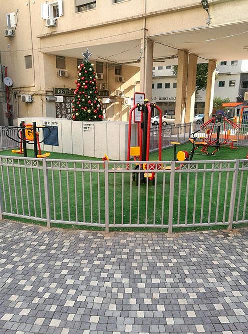 Елка над бомбоубежищем на детской площадке — символично и нормально дляИзраиля