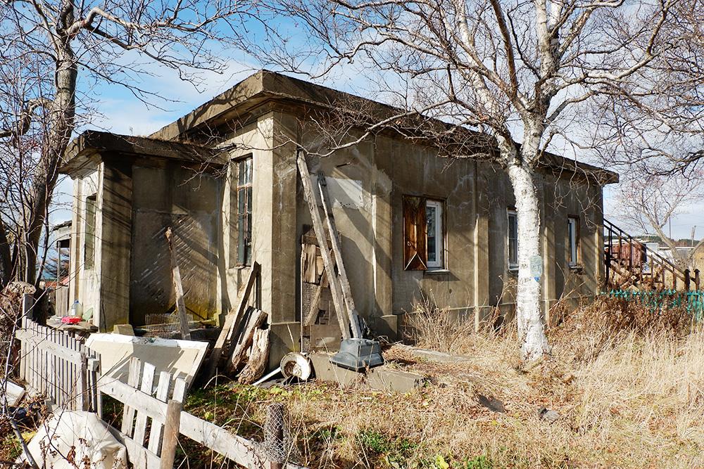 Бывшая японская метеостанция. В наши дни ветхое здание без всяких удобств стало домом для какой-то семьи