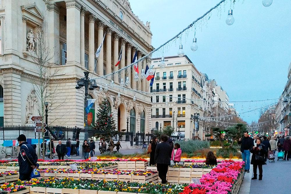 Это центральная улица Марселя La Canebière, одно из немногих мест, где можно долго говорить по Вотсапу пристабильном качестве связи