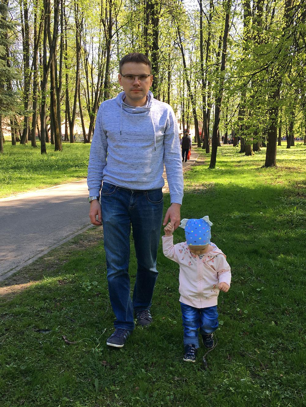 С дочкой часто гуляю в Кремлевском парке. Там почти всегда хорошая погода: от ветра с реки Волхов его защищает кремль