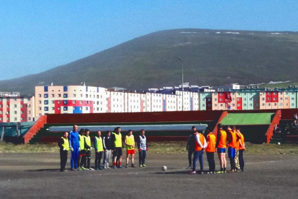 По выходным местные жители играют в футбол