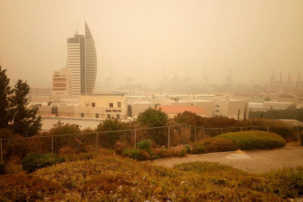 Это не грязный объектив и не фильтры, а реальный вид утром в Хайфе во время хамсина. Температура +31 °C, влажность 75%, ветра нет
