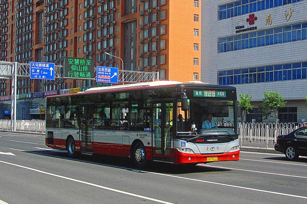 Турникеты в автобусах есть у всех дверей. В каждом автобусе контролер следит за тем, чтобы карточку прикладывали к турникету