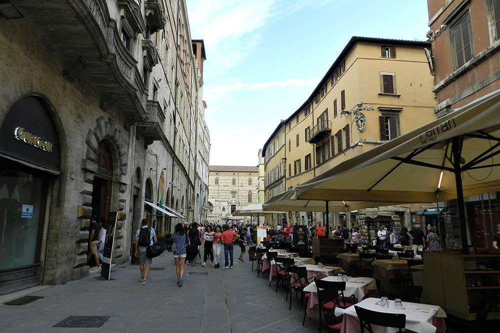 Летом рестораны на Корсо Вануччи выставляют столики в центр улицы