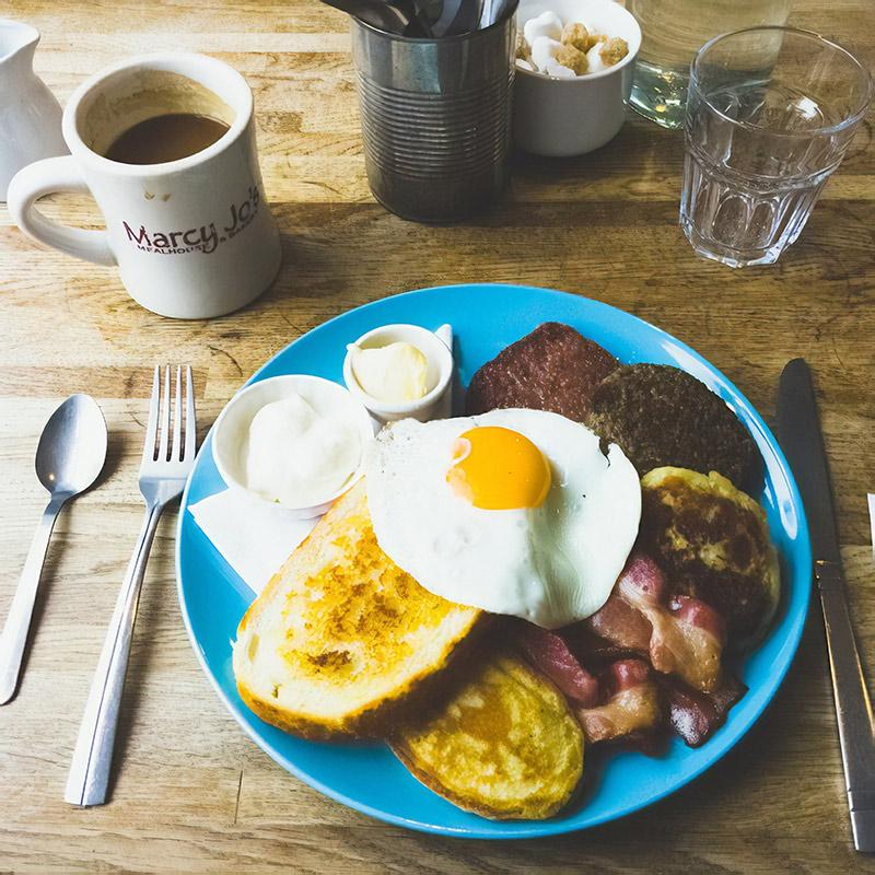 В крошечном домашнем кафе «Блюберд-кафе» в Эдинбурге 4 столика и уютная атмосфера. После завтрака хочется порвать обратный билет. Цена такого завтрака с кофе — 8,65£ (750 р.)