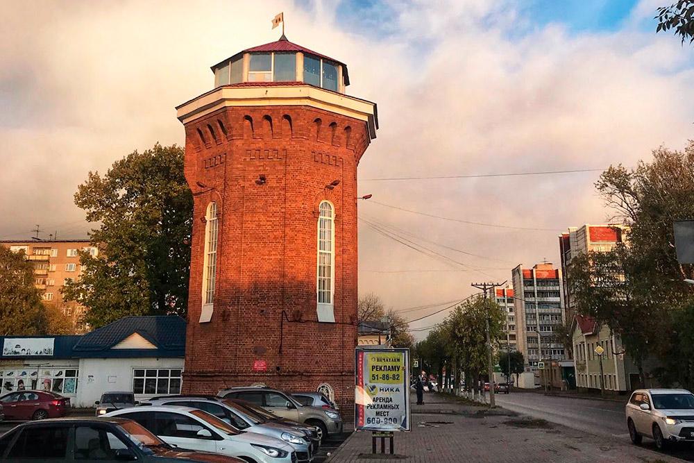Водонапорная башня на ул. Ленина. Ей больше 100лет. Это самая первая водонапорная башня, которая была построена в Череповце припрокладывании централизованного водопровода. После появления водяных насосов потребность в башне отпала. Некоторое время в ней было детское кафе, сейчас там находится музей череповецкого водоканала