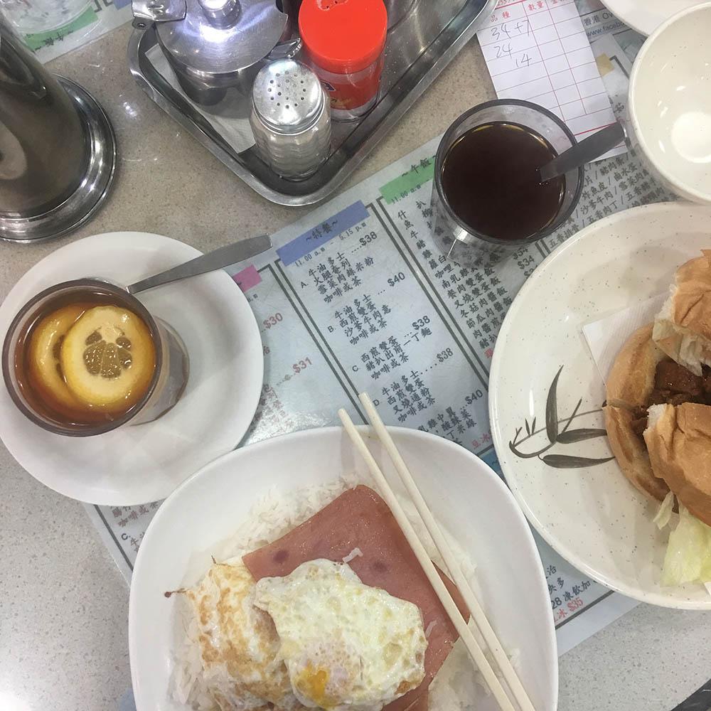 В местном кафе за те же 80$ можно перекусить вдвоем — рис, яйцо, ветчина и булочка со свининой. Не особенно вкусно