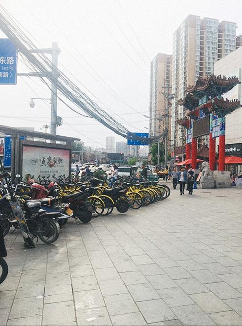 Желтые велосипеды слева — прокатные. Каждая компания делает цвета своих велосипедов поярче, чтобы они были заметнее и не сливались с личными велосипедами на стоянке