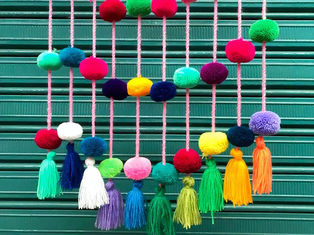 Женщины народа кечуа изготавливают традиционные костюмы, шарфы, сумки и украшения для дома на продажу. Сумки стоят от 10$ (660 рублей), помпоны для украшения — 9$ (594 рублей)