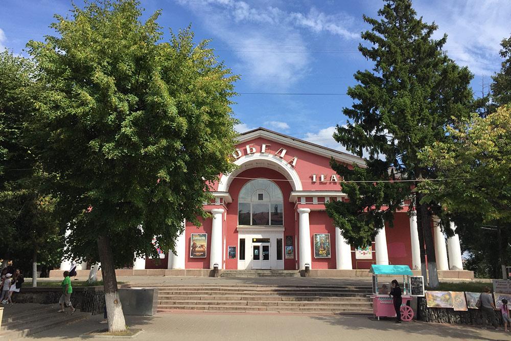 Кинотеатр «Победа» в стиле советского монументального классицизма — памятник архитектуры