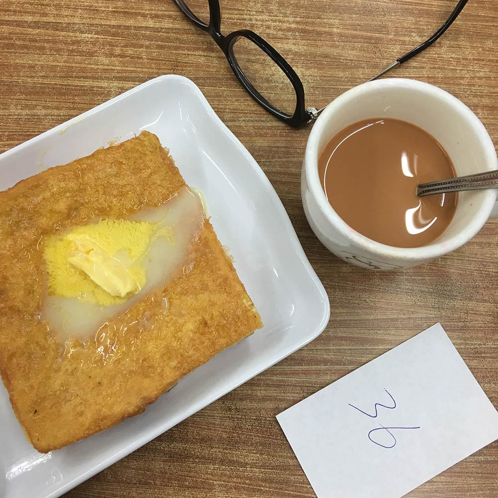Чек за тост в яйце и традиционный гонконгский напиток кофечай в самой простой забегаловке
