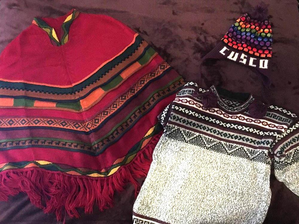 Шапка чульо за 4$ (264 рублей), свитер за 9$ (594 рублей) и пончо из альпаки за 60$ (3960 рублей)