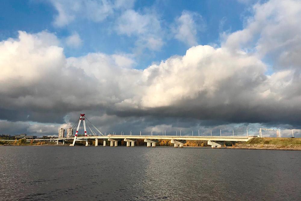 Октябрьский мост соединяет берега реки Шексны. Движение по нему было открыто в 1979году. Это первый вантовый мост, построенный на территории СССР. Он был возведен по заказу Череповецкого металлургического комбината