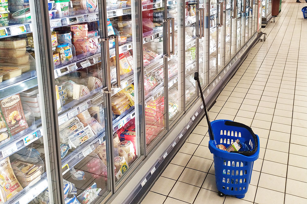 С сырами во Франции трудно — их тут слишком много. Весь холодильник на этой фотографии занимают только сыры промышленного производства. Еще один такойже занят сырами от местных производителей