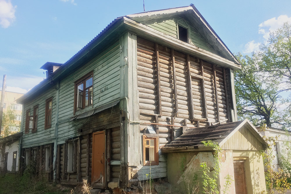 Так сегодня выглядит дом Лизы Калитиной в сквере «Дворянское гнездо». Жители боятся, что его не успеют реконструировать и он полностью развалится