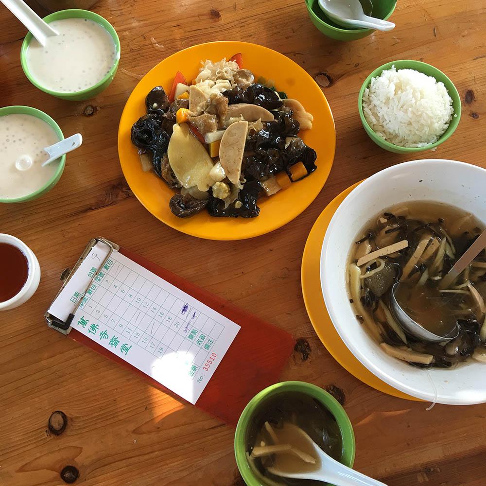 Вегетарианская столовая в храме десяти тысяч будд: древесные грибы с овощами, овощной суп, рис и десерты из тапиоки в растительном молоке