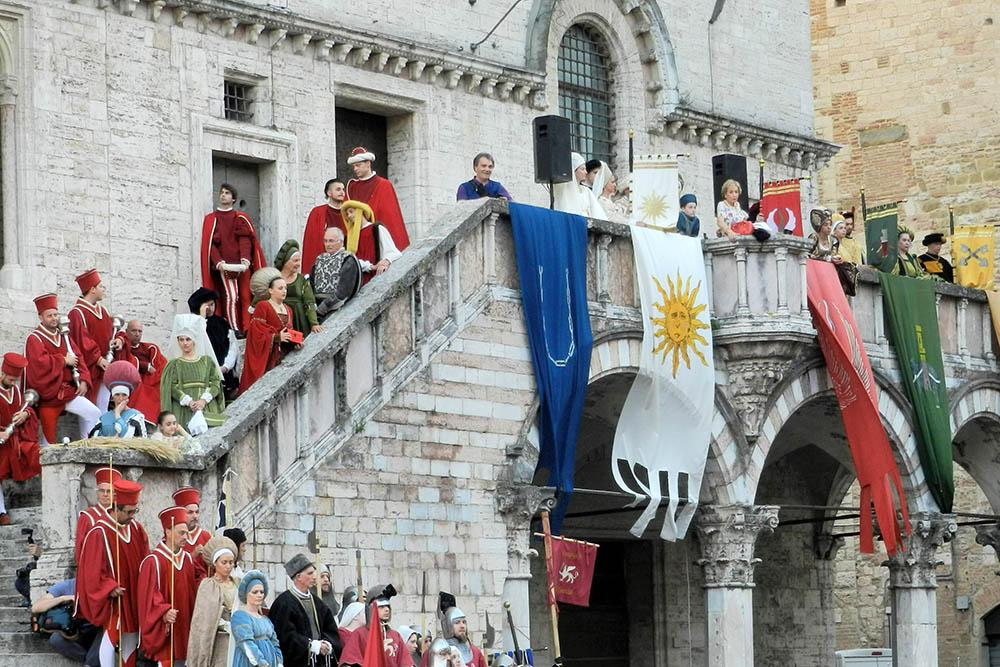 На центральной площади во время «Перуджи-1416» вывешивают флаги районов, которые соревнуются между собой