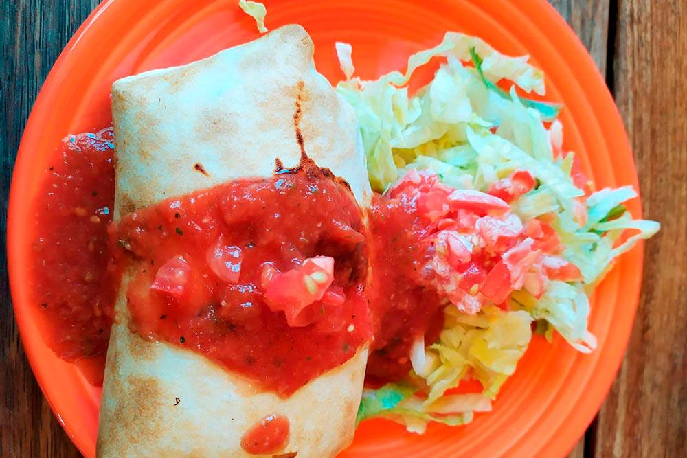 Еще один из вариантов бюджетного питания — мексиканский буррито. Спецпредложение в обеденное время вместе с напитком обошлось чуть дороже 600<span class=ruble>Р</span>