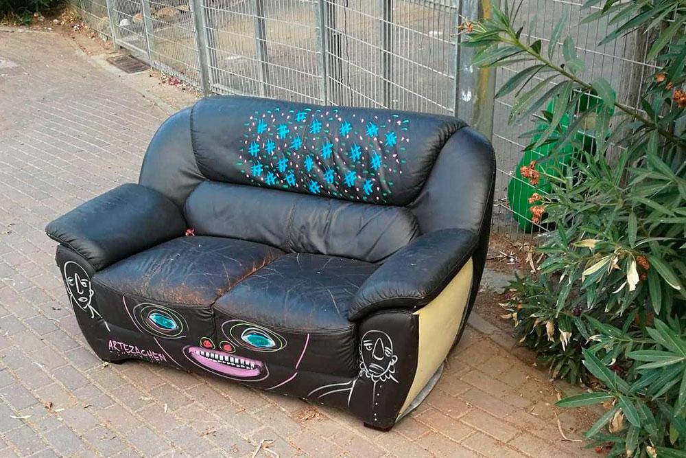 Этот диван я увидел утром по дороге на работу, вечером его уже не было
