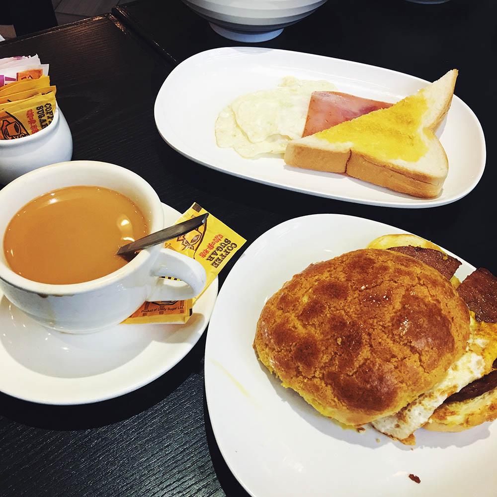 Гонконгский завтрак — тост с ветчиной и яйцом и булочка с сахаром, сыром и ветчиной. А главное — напиток, смесь чая, кофе и концентрированного несладкого молока