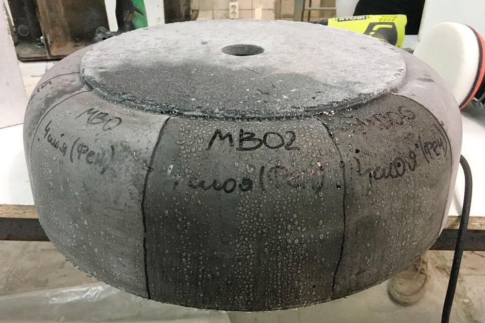 Так Кирилл тестировал разные пропитки для бетона: изделие разбивали на сектора, на каждый наносили свой состав, а потом подписывали и брызгали водой. Проверяли, какая лучше впитывает воду
