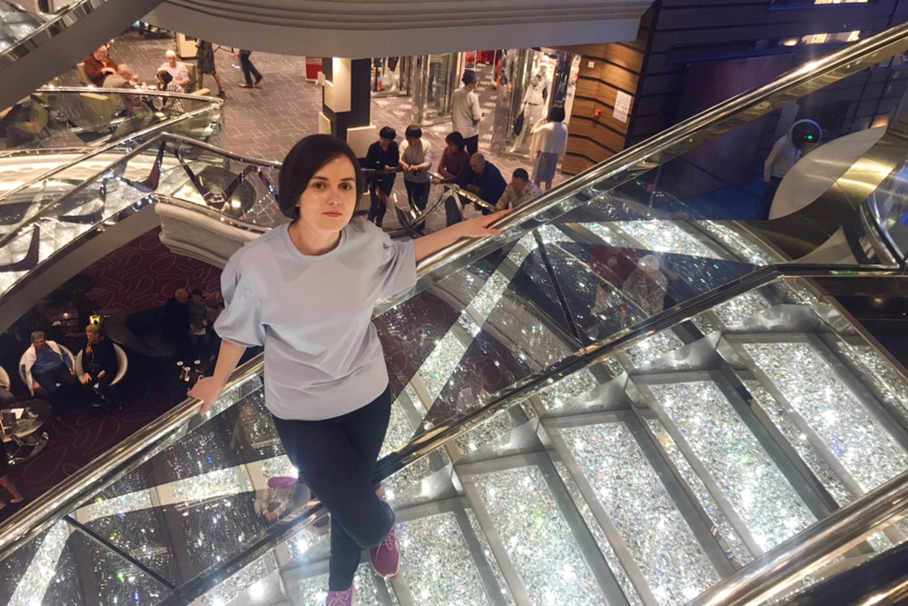 Фотографию на лестнице корабельный фотограф сделает за 20€ (1420рублей), а мама — бесплатно