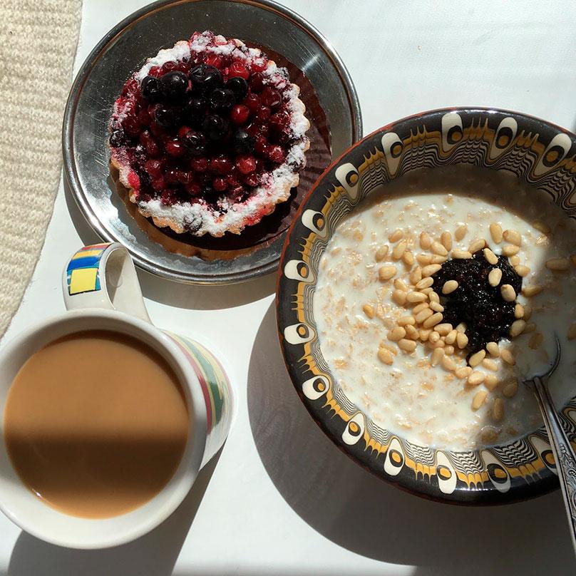 На завтрак овсянка с вареньем и орехами, кофе с молоком, пирожное, купленное в пятницу