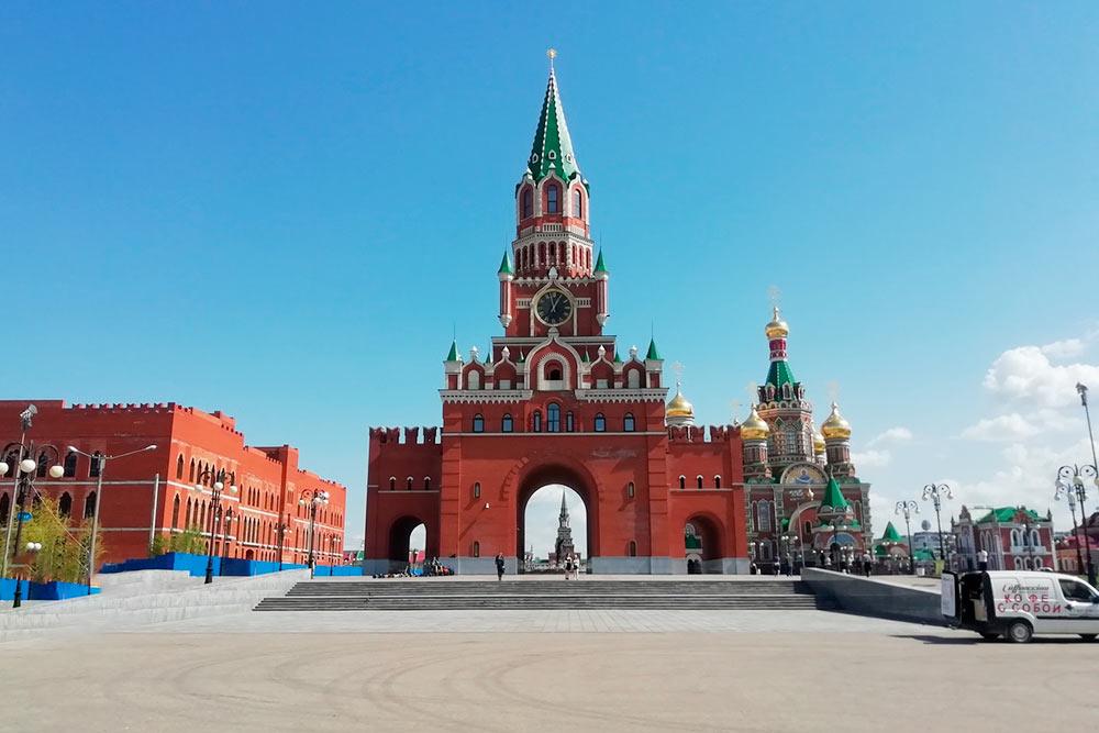 Благовещенская башня во многом походит на Спасскую в Москве. Летом подарку выносят фортепиано, на котором может сыграть любой желающий