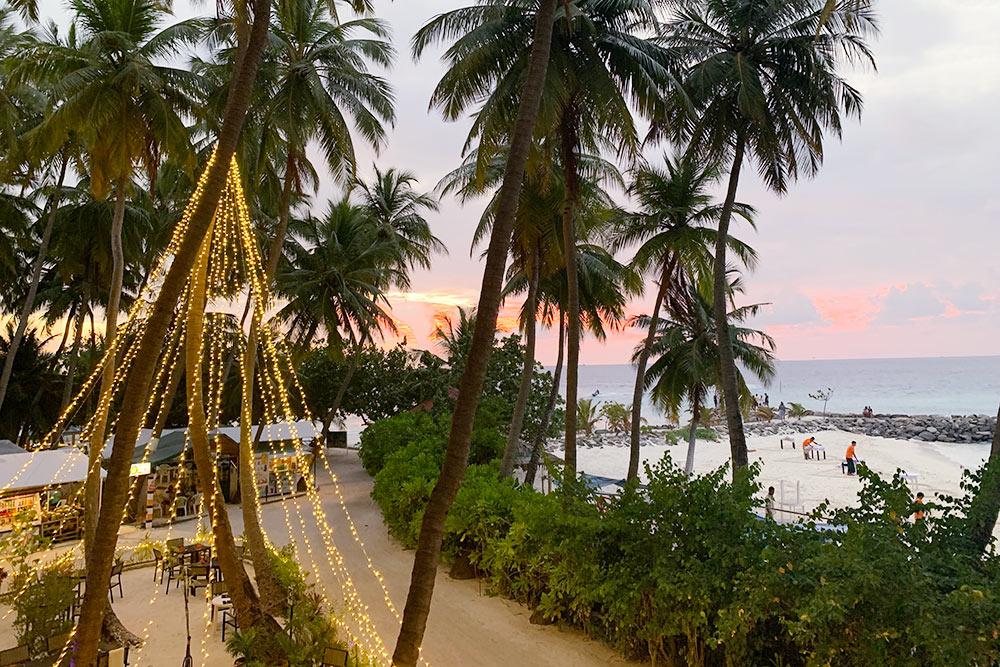 Справа виднеется пляж Бикини-бич, а слева — небольшой ресторан возле нашего отеля