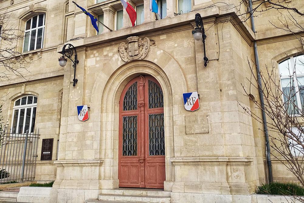 В Марселе есть несколько филиалов префектур. Некоторые из них, как, например, эта, располагаются в старинных зданиях. Буквы RF на щитах означают République Française — Французская Республика, это официальное название Франции