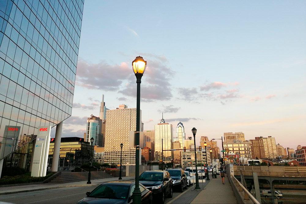 До пандемии в центре Филадельфии было много людей в деловых костюмах, спешащих в офисы на Маркет-стрит в паре кварталов от Риттенхауса