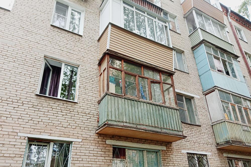 В квартире с таким балконом наверняка живут пенсионеры. Он старый, с деревянными рамами и заставлен ведрами и формочками