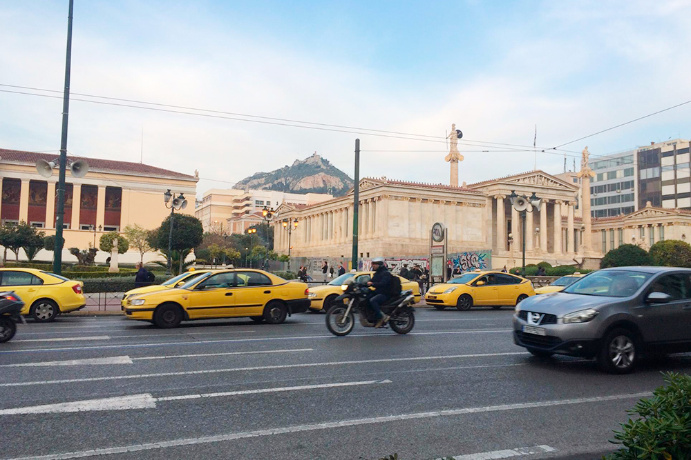 В некоторых кварталах Афин грязно, шумно, ужасный трафик. Но после нескольких часов я перестала обращать на это внимание и замечала только памятники величественной античной эпохи