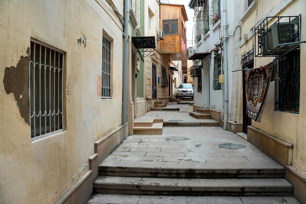 Я советую побродить пообжитым улочкам Баку: полюбоваться ажурными дверями и упирающимся друг в друга балконами