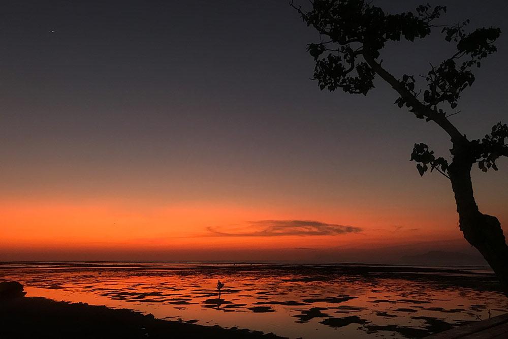 На Бали стоит сверяться с графиком приливов и отливов. В течение дня один и тот же пляж выглядит по-разному. В прилив уровень воды достигает 1,5—2 метров, а волны плещутся о песчаный берег. На отливе уровень воды меньше метра, а риф оголяется, как на этом фото. График приливов и отливов можно посмотреть на сайте «Индосерф»