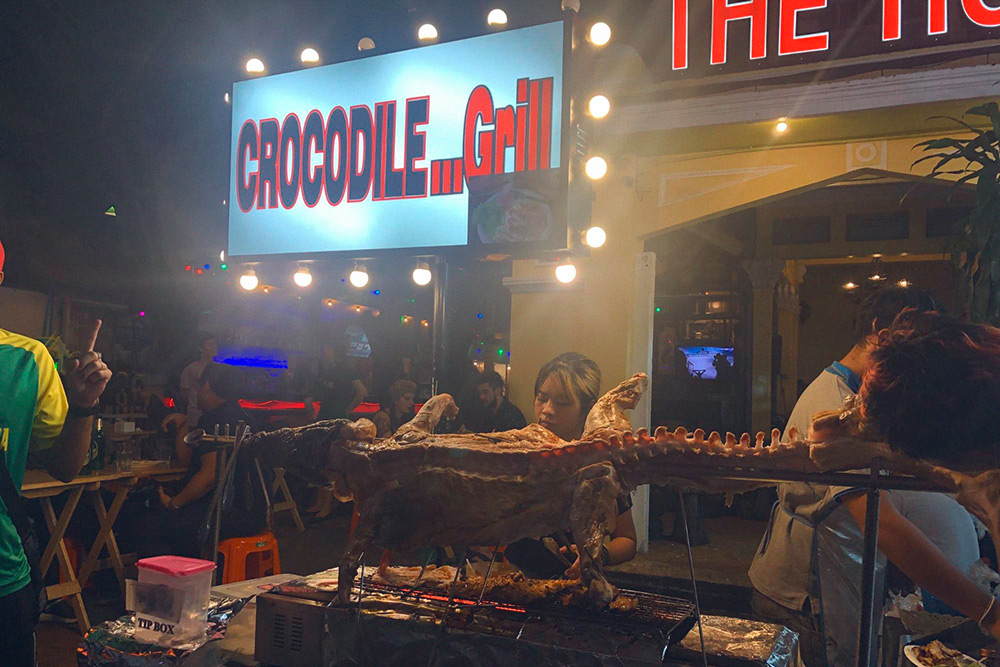 В Бангкоке стоит попробовать крокодила на гриле. Стейк обойдется в 300 ฿ (633<span class=ruble>Р</span>), по вкусу похоже на курицу