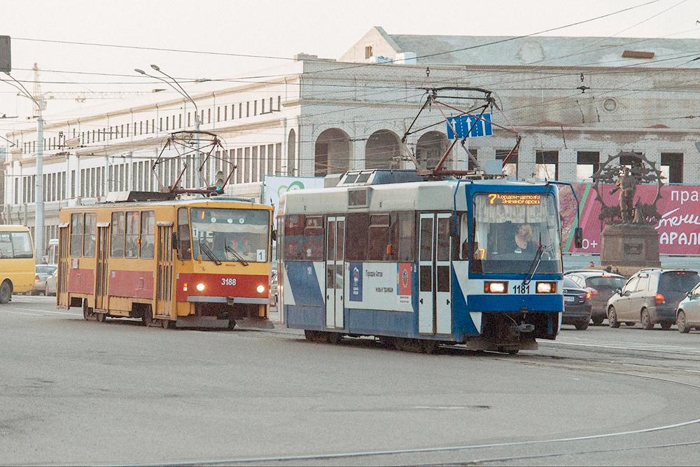 В Барнауле, каки во многих городах России, еще на ходу старые чехословацкие «Татры». Есть и новые трамваи. Фото: Даша Белкина