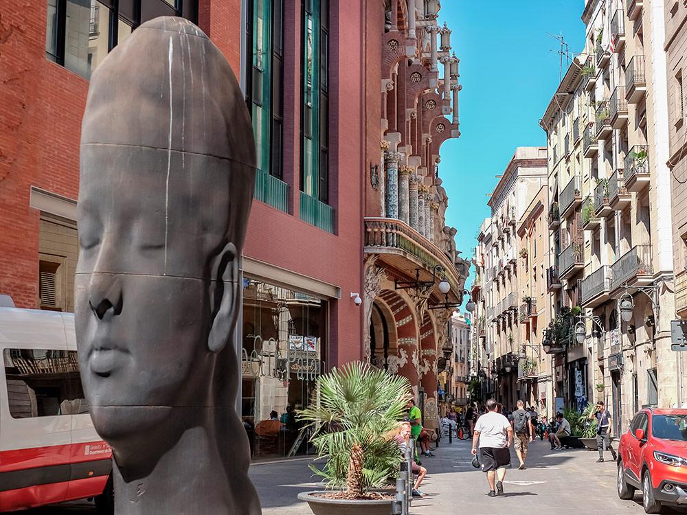 Современная скульптура «Кармела» возле Дворца каталонской музыки. Сделал эту удивительную работу скульптор из Андорры Жауме Пленса. Фото: Shutterstock