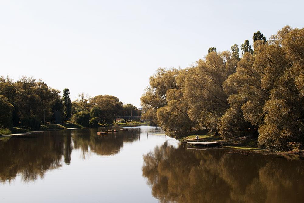 Через центр города течет приток Северского Донца — река Везёлка