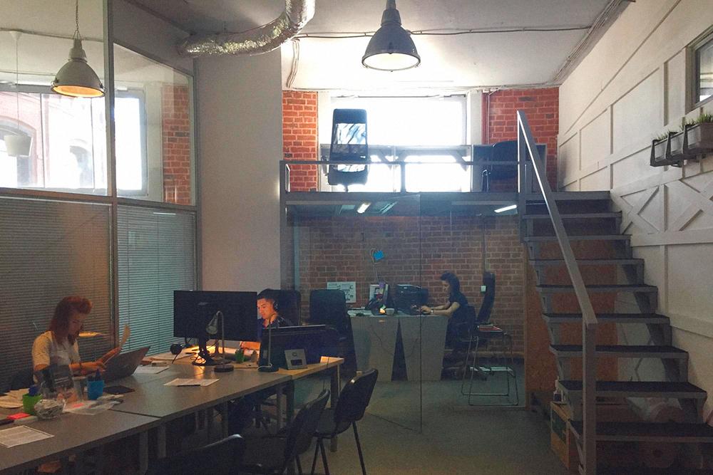 Спустя полтора года мы с партнером сняли два места в офисе на «Арме». Каждое стоило 13 000<span class=ruble>Р</span>