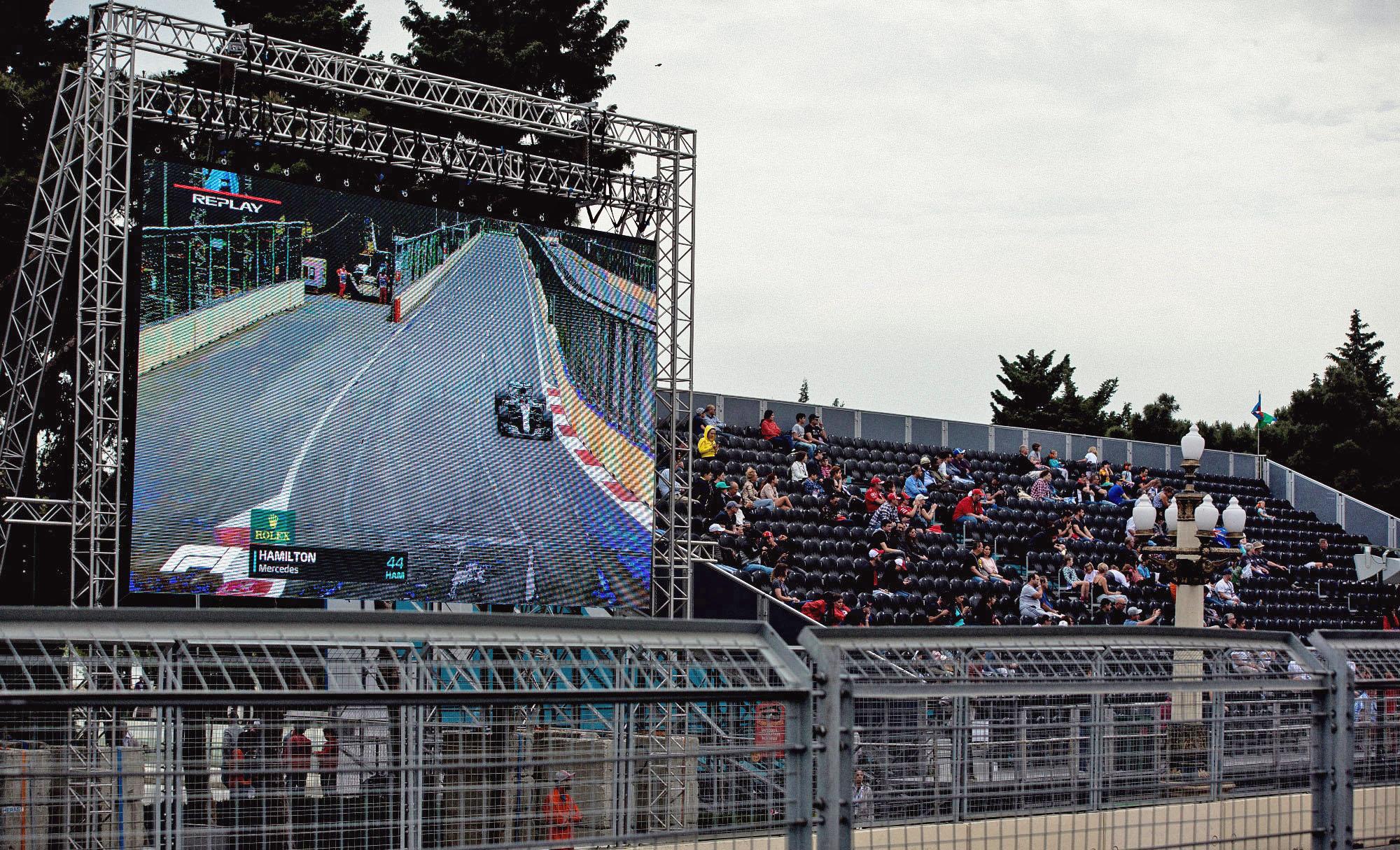 Вид на экран и трибуну «Бульвар» с трибуны «Хазар»